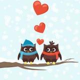 Dos búhos en ramas de árbol con los corazones Foto de archivo libre de regalías