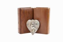 Dos biblias con las cubiertas y la querube de madera del estaño Imágenes de archivo libres de regalías