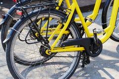 Dos bicicletas amarillas el día soleado imagenes de archivo