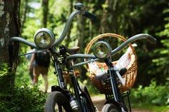 Dos bicis en bosque foto de archivo libre de regalías