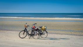Dos bicis en el Schiermonnikoog varan esperar a sus dueños fotos de archivo libres de regalías