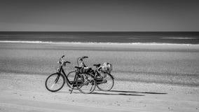 Dos bicis en el Schiermonnikoog varan esperar a sus dueños fotografía de archivo