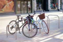 Dos bicis se parquean en un estacionamiento especial de la bicicleta en una pequeña ciudad inglesa imágenes de archivo libres de regalías