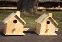 Dos Birdhouses de madera Imagen de archivo libre de regalías