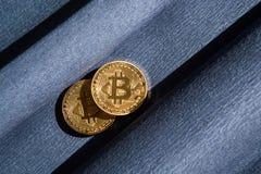 Dos Bitcoin de oro en fondo, cryptocurrency y finanzas azul marino fotos de archivo libres de regalías