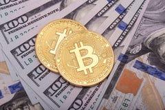 Dos Bitcoins de oro en dólares de EE. UU. Foto de archivo libre de regalías