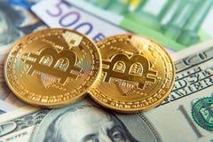 Dos bitcoins en la inversión de las cuentas del dólar y del euro, tipo de cambio  Imágenes de archivo libres de regalías