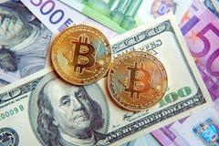 Dos bitcoins en la inversión de las cuentas del dólar y del euro, tipo de cambio  Imagenes de archivo
