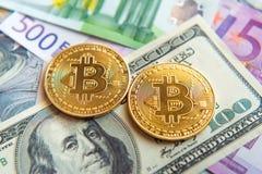 Dos bitcoins en la inversión de las cuentas del dólar y del euro, tipo de cambio  Imagen de archivo libre de regalías