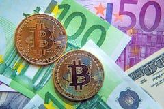 Dos bitcoins en la inversión de las cuentas del dólar y del euro, tipo de cambio  Fotos de archivo