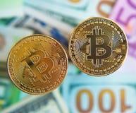 Dos bitcoins sobre la inversión de las cuentas del dólar y del euro, ra del intercambio Fotos de archivo