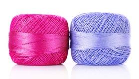 Dos bobinas de la cuerda de rosca aisladas Fotografía de archivo