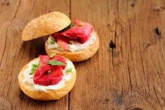 Dos bocadillos con los salmones curados, queso cremoso, perejil, alcaparras Imágenes de archivo libres de regalías