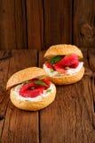 Dos bocadillos con los salmones curados, queso cremoso, perejil, alcaparras Foto de archivo libre de regalías