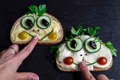 Dos bocadillos divertidos con la instalación de verduras foto de archivo libre de regalías