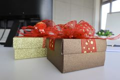 Dos boexes del regalo en el escritorio blanco fotografía de archivo libre de regalías