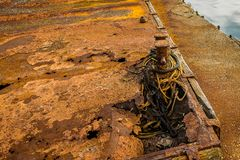 Dos bolardos muy oxidados en el muelle imagen de archivo