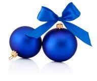 Dos bolas azules de la Navidad con el arco de la cinta aislado en blanco Imágenes de archivo libres de regalías