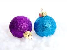 Dos bolas coloridas de la Navidad Imagenes de archivo