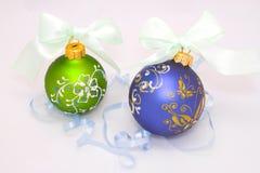 Dos bolas de la Navidad con la cinta azul Imágenes de archivo libres de regalías