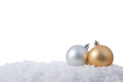 Dos bolas de la Navidad en nieve Imagen de archivo libre de regalías