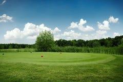 Dos bolas en el campo de golf verde, nadie fotos de archivo
