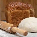 Dos bollos de soporte cocido del pan marrón en la tabla foto de archivo libre de regalías