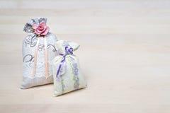 Dos bolsitas del olor de la lavanda en el tablero de madera o la tabla Bolsas perfumadas en la madera con el espacio de la copia  Imagen de archivo libre de regalías