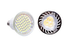 Dos bombillas ahorros de energía del LED aisladas en blanco fotos de archivo