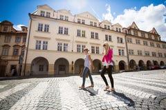 Dos bonitos, mujeres jovenes que hacen turismo en Praga Foto de archivo libre de regalías