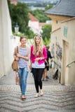 Dos bonitos, mujeres jovenes que hacen turismo en Praga Fotografía de archivo