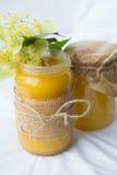 Dos botellas de miel hecha en casa del tilo Foto de archivo libre de regalías