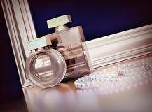 Dos botellas de perfume, marcos del oro y joyerías en fondo negro Imagenes de archivo