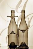 Dos botellas y vidrios de vino Imagenes de archivo