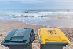 Dos botes de basura en la playa Foto de archivo libre de regalías
