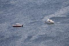 Dos botes de salvamento en el agua oscura imagen de archivo libre de regalías
