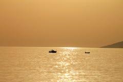 Dos botes pequeños en la puesta del sol hermosa, Croacia Imágenes de archivo libres de regalías