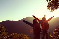 Dos brazos abiertos del backpacker acertado en la montaña Imagen de archivo