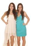 Dos brazos de los vestidos de las mujeres alrededor de uno a que mira Fotos de archivo libres de regalías