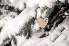Dos brinquedos de madeira sob a forma do coração Foto de Stock Royalty Free