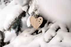 Dos brinquedos de madeira sob a forma do coração Fotografia de Stock