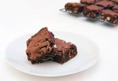 Dos brownie recientemente cocidos al horno en blanco Foto de archivo