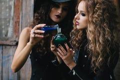 Dos brujas del vintage realizan ritual mágico Fotografía de archivo