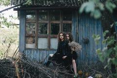 Dos brujas del vintage recolectaron la víspera de Halloween Fotografía de archivo