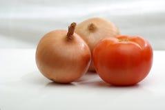 Dos bulbos y tomates de la cebolla Foto de archivo libre de regalías