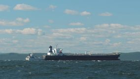 Dos buques de carga anclados que esperan en el mar almacen de metraje de vídeo