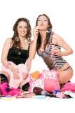 Dos burbujas alegres del soplo de las muchachas. Aislado Fotos de archivo libres de regalías