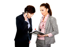 Dos businesswomans que discuten con uno a Foto de archivo