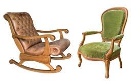 Dos butacas magníficas del vintage aisladas en el fondo blanco Mecedora de madera con tapicería de cuero marrón y tela verde fotografía de archivo