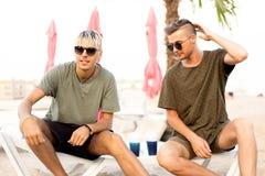 Dos cócteles de la bebida de los individuos en una playa tropical fotografía de archivo libre de regalías